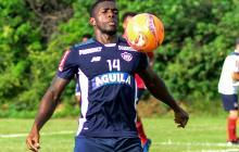 Toloza controla un balón en el entrenamiento del Junior.
