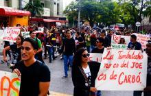 Estudiantes de Bellas Artes protestan en medio de sesión para elección de rector de UA
