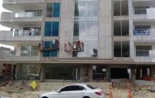Desde un andamio, obreros de edificio en construcción protestan por falta de pago