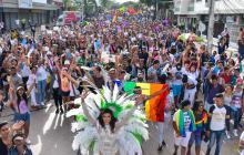 Participantes de la marcha posan para la foto. Más de mil personas se unieron al recorrido LGBTI de Barranquilla.