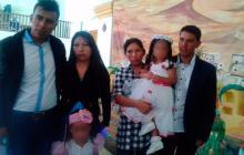 Juvencio Samboní (derecha), junto a sus familiares en el Cauca.