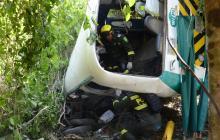 Policías de la Unidad de Rescate revisan el interior del bus accidentado el domingo en Tubará.
