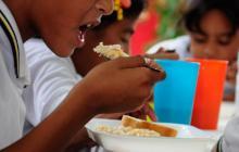 Estudiantes de un colegio de Santo Tomás comen los almuerzos del PAE.