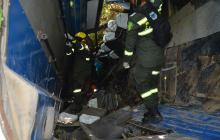 Agentes de la Policía revisan el interior del bus accidentado en la vía a Tubará.