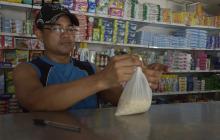 Elmer Martínez amarra una bolsa en su tienda.