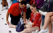 Larry Nassar atiende a una gimnasta olímpica tras una competencia.