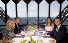 Los presidentes Trump y Macron, con sus respectivas esposas, durante la cena en la Torre Eiffel.