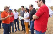 El gobernador Verano inspecciona uno de los terrenos.