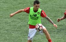 Leonardo Pico cubriendo el balón en la práctica.