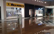 Evalúan posibles daños en centro comercial de hijos de Uribe