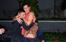 Ingrid Gómez, madre de Johat, abraza a Isaías Escamilla al reencontrarse con él.