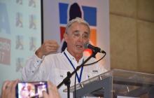 """""""No es violador de niños"""", dice Uribe al retractarse sobre Samper, pero insiste en sus duras críticas al periodista"""