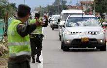 La policía de carreteras vigila los corredores viales por los cuales miles de turistas regresan a sus ciudades.