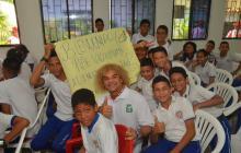 'El Pibe' compartió con los niños del colegio Inedic de la Ciudadela 20 de Julio.