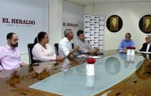 Schwartz y Ferro durante el evento. Los acompañan los jefes de redacción Juan A. Tapia y Rosario Borrero, y los docentes Alberto Martínez y Alberto De Castro.