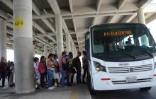 Usuarios de la ruta alimentadora A5-3 ingresan al bus en el Portal de Soledad.