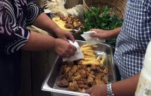 En un santiamén desaparecieron los pasabocas típicos que ofreció Pa' la tienda a los invitados a la inauguración de Sabor Barranquilla en la entrada del Centro de Eventos del Caribe.