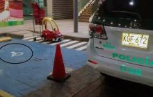 A conductor del comandante de Policía de Tránsito lo 'pillan' mal parqueado