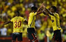 Dos jugadores del Barcelona de Ecuador celebran el único gol del equipo ante Santos de Brasil.