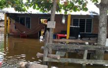 Una niña enferma con fiebre alta y dolor en el cuerpo duerme en una hamaca sobre la inundación en Punta de Yánez, Ciénaga de Oro.
