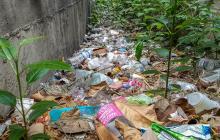 Rejillas de desagüe, llenas de basura, escombro y maleza