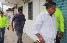 El alcalde Fernel Avilez (de blanco) momentos en los que era conducido por la Sijín al complejo judicial.