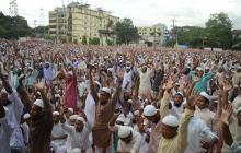 Miles de islamistas duros marcharon en la ciudad portuaria de Chittagong el jueves pidiendo que el gobierno arme a los refugiados musulmanes rohingyas.