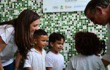 Un grupo de niños reciben al gobernador Eduardo Verano y a la directora del ICBF, Karen Abudinen.
