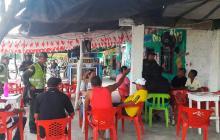 Varios policías realizan un operativo en un establecimiento de Manatí.