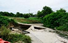 Un hueco grande se formó tras la socavación de la vía, lo que motivó su cierre.