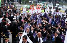 Un grupo de pilotos protesta en Bogotá para exigir que Avianca se siente a negociar el pliego de peticiones.