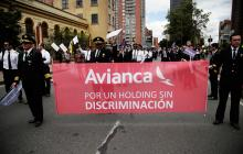 Un grupo de pilotos agremiados en Acdac marchó el jueves en Bogotá para exigirle a Avianca que acepte el pliego de peticiones presentado a la empresa.