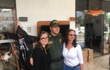 Claudia Restrepo, hermana de Juan Camilo Restrepo (a la izquierda), en compañía de la Policía.
