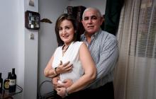 Pilar Senior y su esposo Antonio Ruiz en la sala de su casa en Barranquilla.
