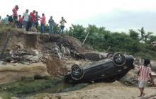 Así quedó el carro al caer en el hueco de La Virgencita.