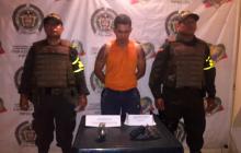 Capturan a hombre con una granada y un revólver escondidos en su casco en Córdoba