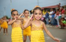 Niñas bailan durante uno de los eventos del festival.