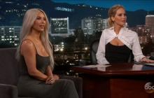 Kim Kardashian siendo entrevistada por Jennifer Lawrence durante el Show de Jimmy Kimmel.