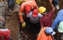 Momento en que uno de los obreros es rescatado por sus compañeros.