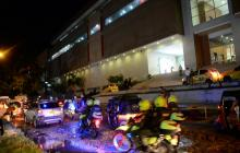 Policías patrullan por el centro comercial Gran Plaza del Sol, en Soledad.