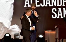 Con lágrimas, Alejandro Sanz escucha el homenaje de sus amigos