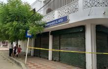 Una cinta amarilla acordona el lugar donde ocurrió el asesinato de Rueda.