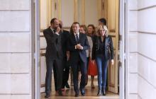 El primer ministro francés Edouard Philippe, el presidente francés Emmanuel Macron y su esposa Brigitte Macron asisten al Día Internacional para la Eliminación de la Violencia contra la Mujer en el Palacio del Elíseo en París.