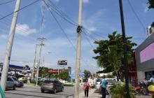 Cables aéreos y enrollados en los postes en la calle 84 con carrera 51B.