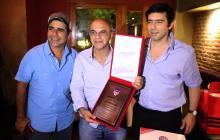 El alcalde de Barranquilla, Alejandro Char; el presidente del Flamengo, Eduardo Bandeira; y el presidente de Junior, Antonio Char. Le obsequiaron una placa al dirigente brasileño.
