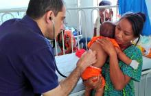 El médico Abudi Dasuki atiende a niños con desnutrición en el hospital de Riohacha.