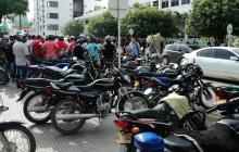 Mototaxistas en el centro de Montería.
