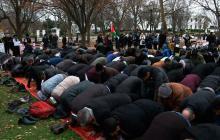 En video | Musulmanes oran ante la Casa Blanca tras decisión de Trump sobre Jerusalén
