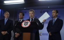 El presidente Juan Manuel Santos durante su alocución de este lunes. A su lado, el director del ICA, Luis Humberto Martínez.