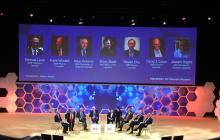 Ganadores del premio Nobel de diferentes años reunidos en el evento.
